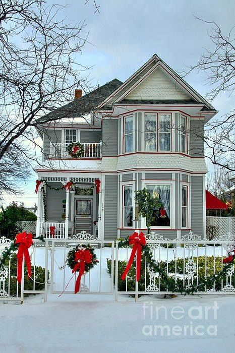 Beautiful victorian home decorated for christmas pictures for Beautiful homes decorated for christmas